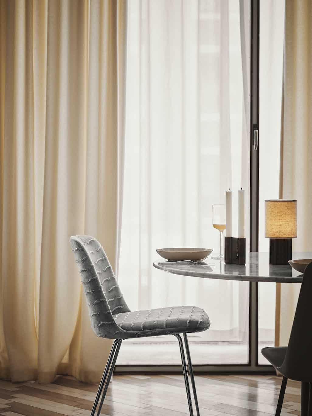 Andtradition manhattan table lamp sc52 lit insitu haute living