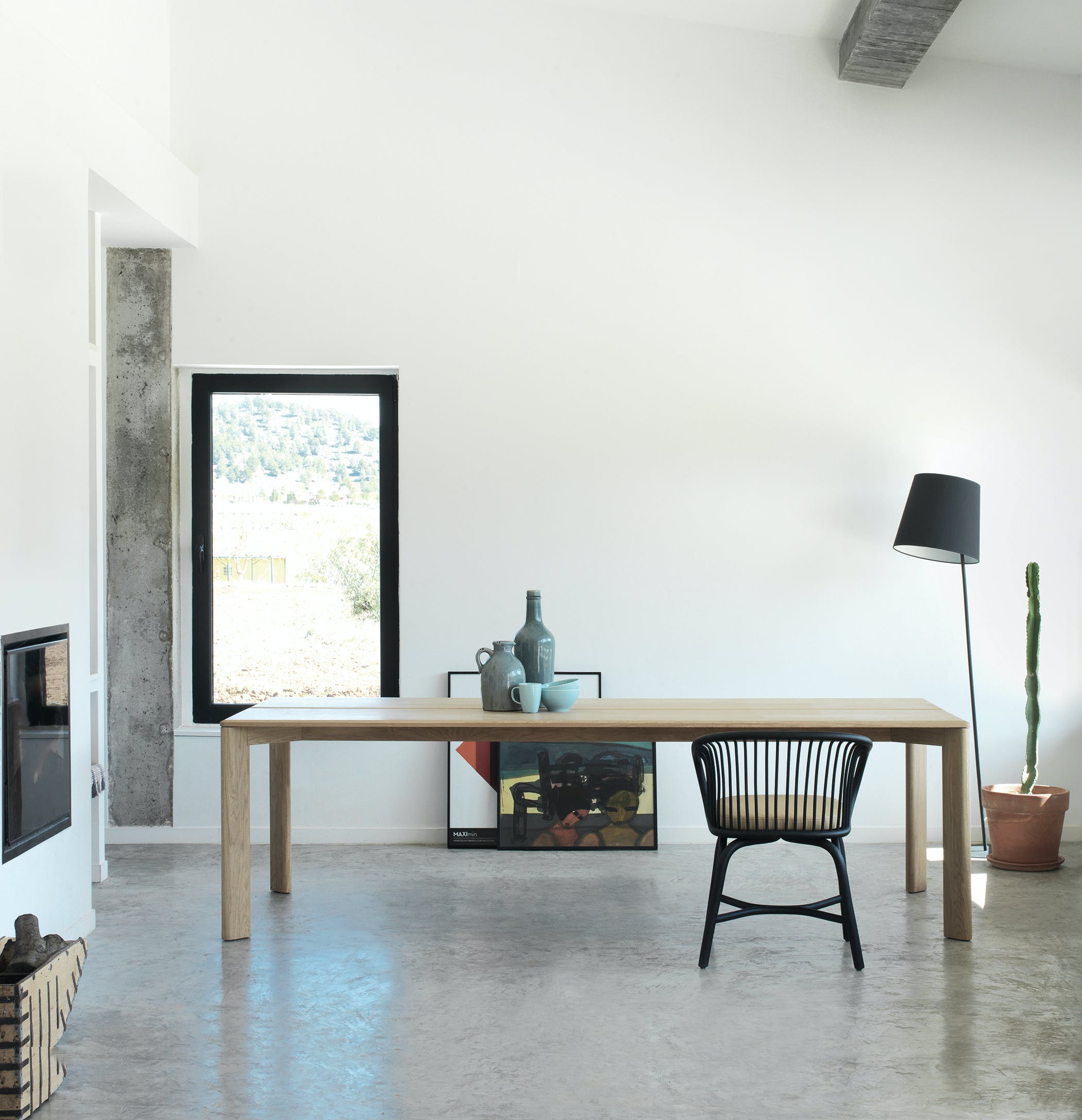 If there is something that defines the Kotai table collection, it is precisely its soundness, as its own Japanese name denotes. The tables come in different sizes and shapes, rectangular, round and square, all of them made of solid wood. But there is yet another feature that they share and that constitutes to their hallmark: a beautiful bevel which highlights the unique possibilities of this noble material and helps the legs integrate elegantly into the corners of the tabletop.