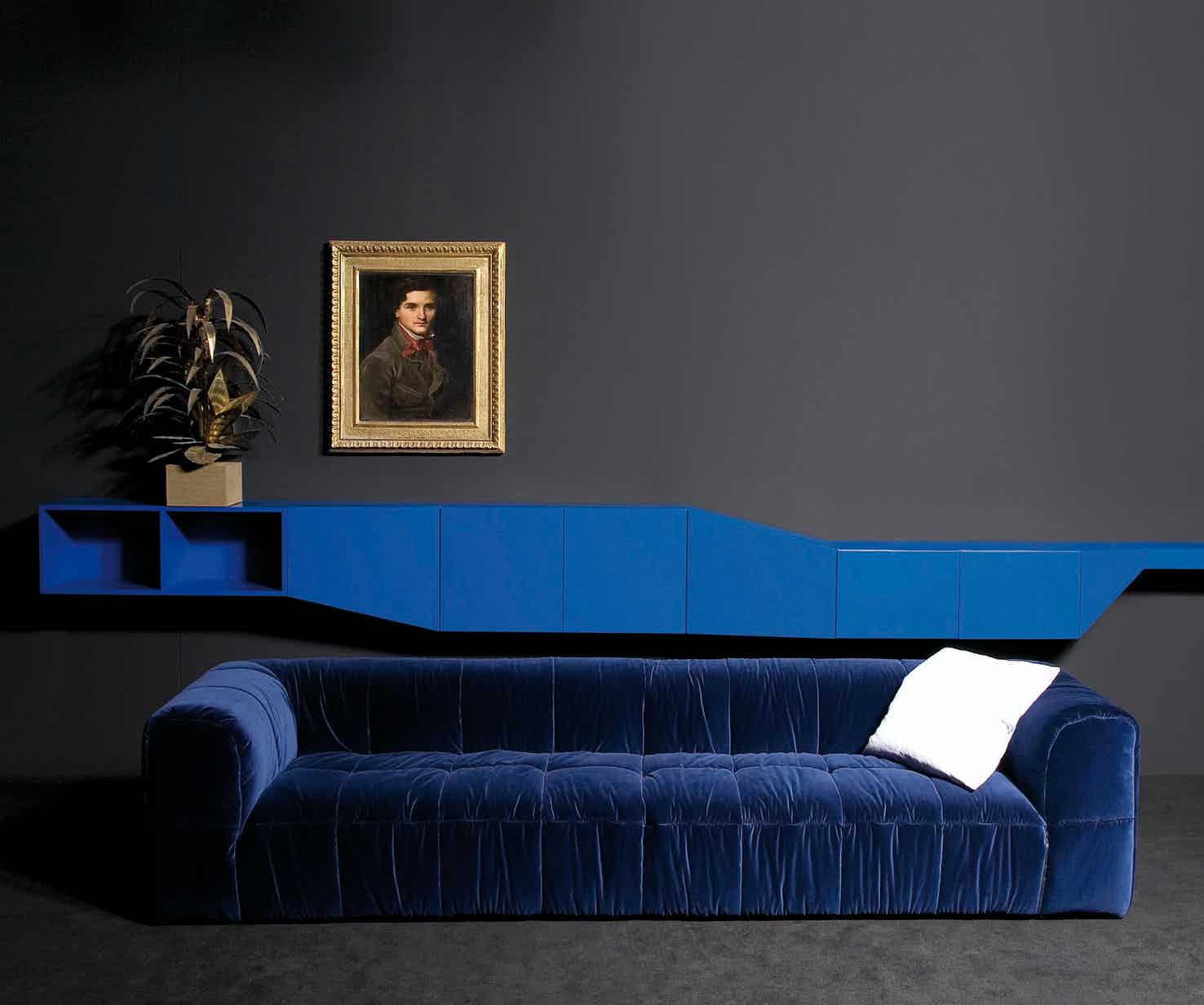 At the end of the 60s, the architect Cini Boeri revolutionized the furniture sector with a piece that is now a classic: the Strips Modular Sofa.It has won the Compasso d'Oro award and is exhibited in various museums around the world.