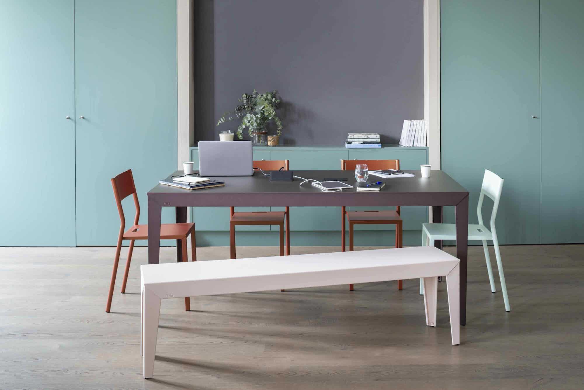 Matiere grise luc jozancy zef table rectangle pieds effiles metal table repas salle a manger bureau connectique prise integree