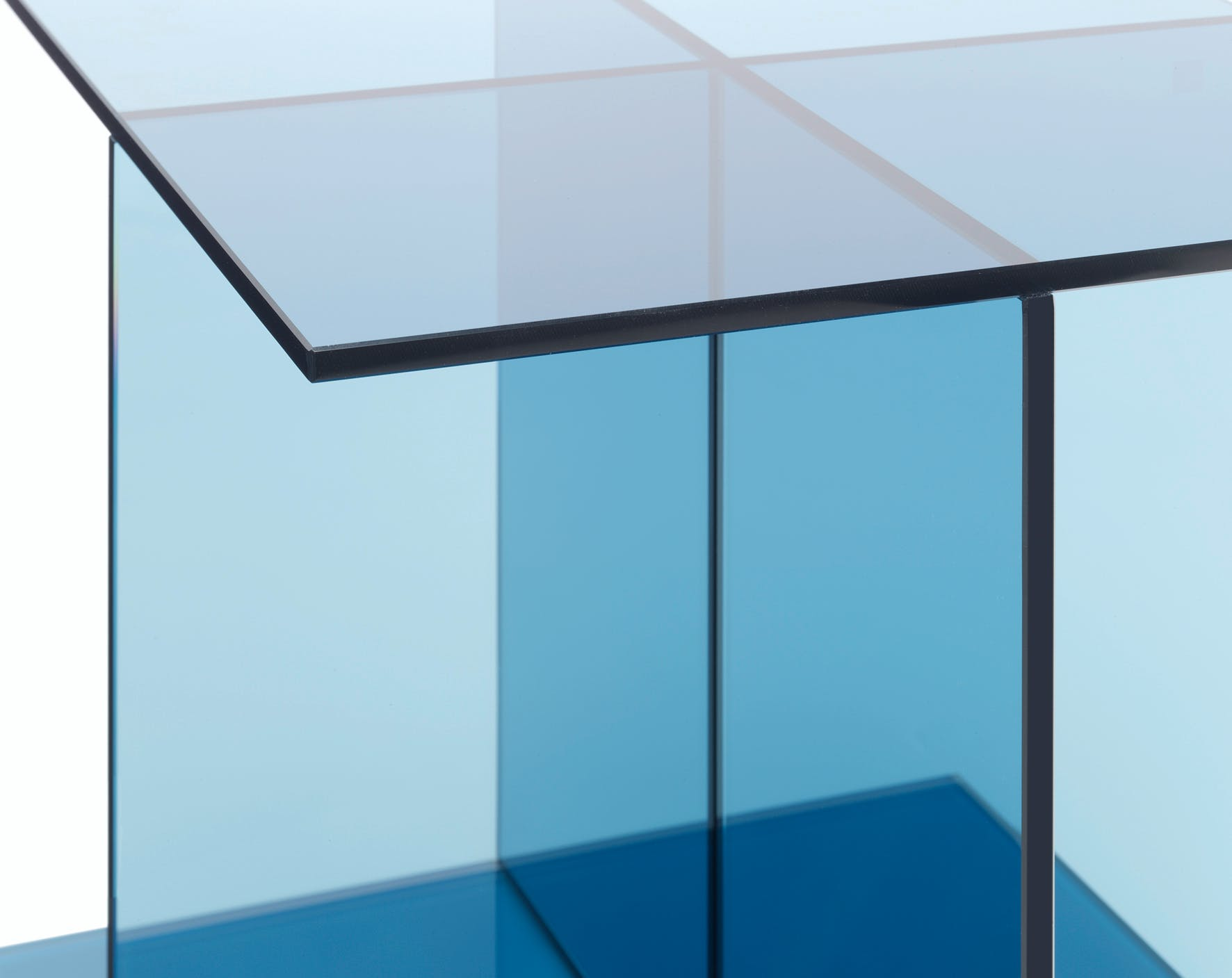 E15-furniture-vier-side-table-blue-corner-haute-living